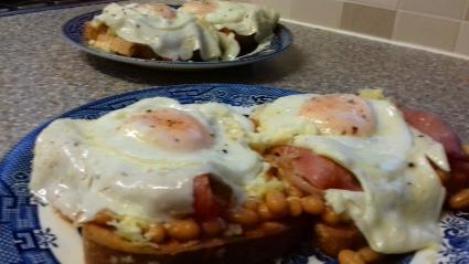 Composé d'œuf, de bacon, de haricots et de pain grillé recipe
